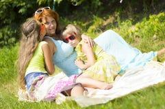 Мать обнимает ее дочь Стоковые Изображения