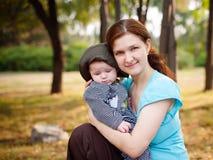 Мать обнимает младенца стоковое изображение rf