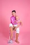Мать обнимая ее маленького сынка Стоковые Фото