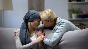 Мать обнимая ее страдание дочери от рака, наличия семьи, единения стоковое изображение rf