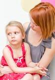 Мать обнимая унылого ребенка Стоковые Изображения RF
