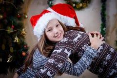 Мать обнимая дочь под рождественской елкой стоковые фотографии rf