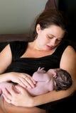 Мать обожает ее Newborn младенца стоковые фотографии rf