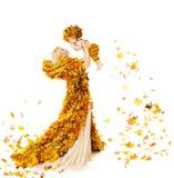 Мать осени и младенец в желтых листьях падения, маленький ребенок мамы Стоковое Фото