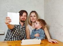 Мать, отец и сын семьи делают selfie Стоковая Фотография