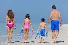 Мать, отец & семья детей гуляя на пляж Стоковые Фотографии RF