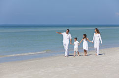 Мать, отец & семья детей гуляя на пляж Стоковая Фотография RF
