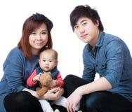 мать отца семьи предпосылки младенца счастливая изолированная над ся белыми детенышами стоковая фотография rf