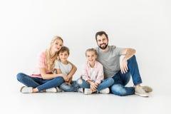 мать отца семьи предпосылки младенца счастливая изолированная над ся белыми детенышами Стоковое фото RF