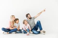 мать отца семьи предпосылки младенца счастливая изолированная над ся белыми детенышами Стоковые Фотографии RF