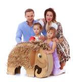 мать отца семьи предпосылки младенца счастливая изолированная над ся белыми детенышами Стоковое Фото