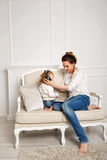 мать дочи малая слушает нот к Стоковое Изображение