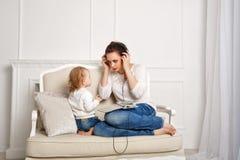 мать дочи маленькая слушает нот к Стоковое фото RF