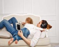 мать дочи маленькая Удовольствие семьи Стоковые Изображения RF