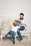 мать дочи младенца Домашние праздники Стоковые Фотографии RF