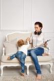 мать дочи младенца Домашний отдых Стоковые Фотографии RF