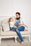 мать дочи младенца стрелки могут уничтожить наслаждаются если ПК потребности слоя отдельно tablet они вы Стоковые Фотографии RF