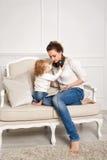 мать дочи младенца слушает нот к Стоковые Фотографии RF