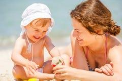 мать дочи пляжа маленькая Стоковые Изображения RF