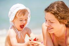 мать дочи пляжа маленькая Стоковые Фотографии RF