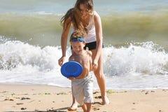 мать пляжа счастливая играя сынка Стоковая Фотография RF