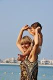 мать пляжа счастливая играя сынка Стоковое фото RF