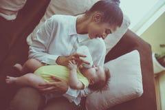 Мать подавая ее маленький младенец Стоковое Изображение RF