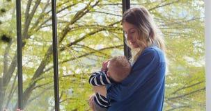 Мать подавая ей младенец 4k акции видеоматериалы