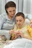Мать позаботить о сын Стоковая Фотография