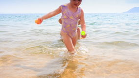 Мать позволила маленькой дочери пойти зашкурить пляж лазурного моря видеоматериал