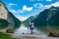 Мать показывает маленькой дочери Königssee стоковая фотография rf