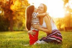Мать поцелуя дочери Стоковое Изображение RF
