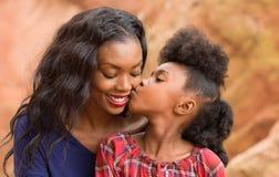 Мать поцелуя ребенка стоковое изображение rf