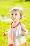 Мать подает младенец outdoors в траве стоковые изображения rf