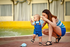 Мать поддерживает ребенка для прогулки Стоковое Изображение