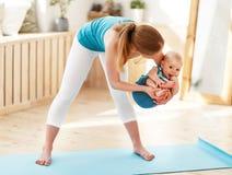 Мать приниманнсяый за фитнес с младенцем Стоковые Фото