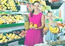 Мать при девушка выбирая различные плодоовощи стоковая фотография