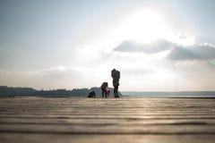Мать при ее дети стоя на деревянной пристани Стоковые Фотографии RF