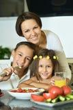 Мать при дети есть на таблице Стоковое Изображение