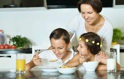Мать при дети есть на таблице Стоковые Изображения RF