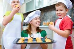 Мать при дети делая хлеб Стоковое Изображение RF