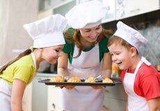 Мать при дети делая хлеб Стоковая Фотография RF