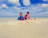 Мать при дети splasing вода на море Стоковые Фотографии RF
