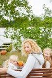 Мать при 2 дет выпивая тройник Стоковое Изображение