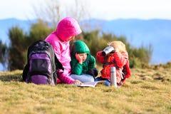Мать при 2 дет в горах Стоковое фото RF