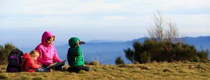 Мать при 2 дет в горах Стоковые Фотографии RF