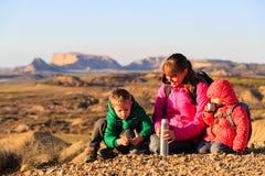 Мать при 2 дет в горах Стоковые Изображения