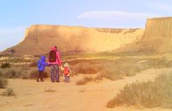 Мать при 2 дет в сценарных горах Стоковые Фотографии RF