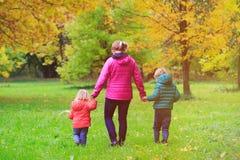 Мать при 2 дет идя в падение осени Стоковое фото RF