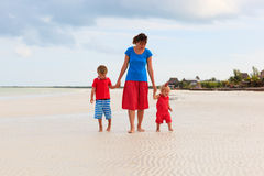 Мать при 2 дет идя на пляж Стоковые Изображения RF
